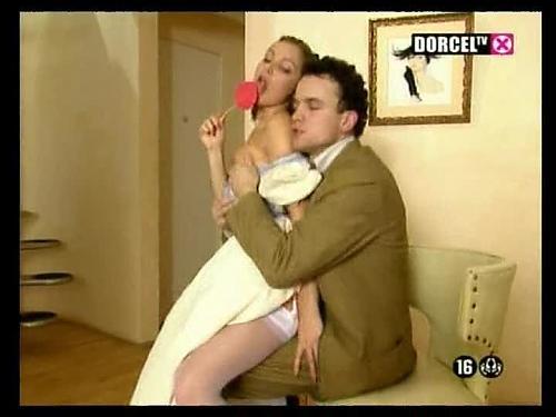 Хозяин трахает юную служанку в аккуратную попочку (2004) DVDRip