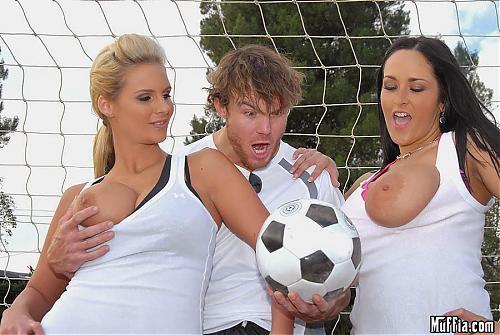 Две красотки с большими мячиками играют в футбол (2009) SATRip