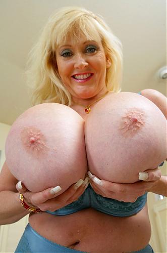 [MyFriendsHotMom.com / NaughtyAmerica.com] Kayla Kleevage (My Friends Hot Mom / 7009) / Сисястая мамашка соблазняет друга сына [2010 г., Big Tits, Blonde, Blow Job, Cum on Tits, Stockings] (2010) SATRip