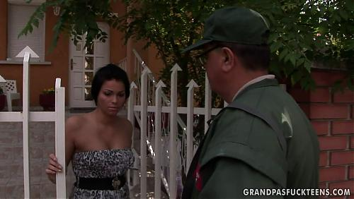 Старый почтальон трахнул молодую девку (2009) HDTVrip