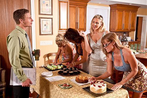 My Friends Hot Mom - JULIA ANN, HOLLY HALSTON, DEAUXMA & DARLA CRANE**New September 10** (2010) SATRip