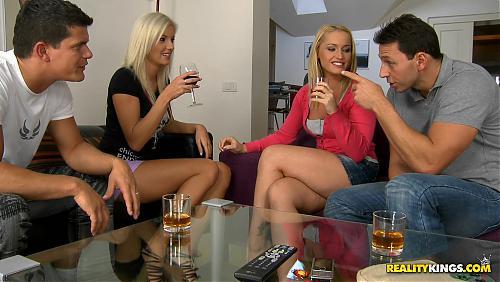 Блондинок напоили и горячими усадили на члены