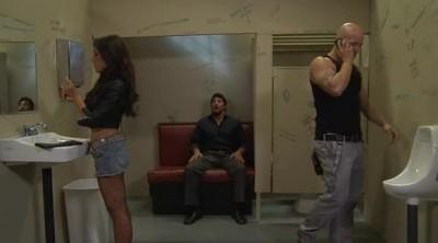 Красивая девочка трахается в мужском туалете