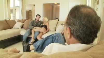 Пожилой муж наблюдает как его молоденькая супруга тащится на чужом члене