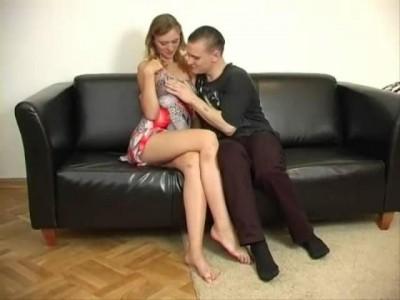 Паренёк поимел красивейшую русскую девочку и её отпадную мамочку