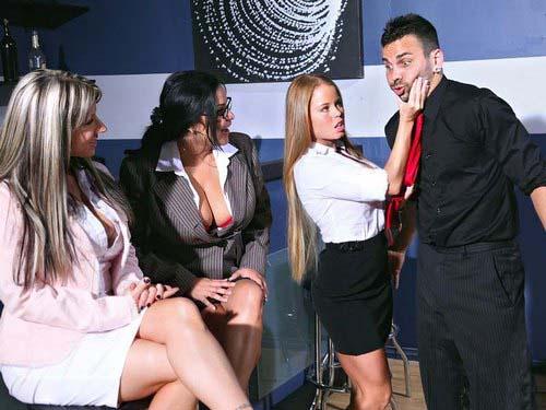 Грудастые тетки дорвались до членов в баре