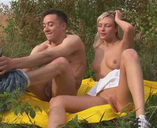 Антон трахает молоденькую Катю на поляне