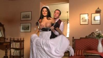 Убирая постель, красивая служанка неожиданно получила член в роскошную попку