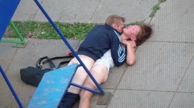 Пьяный мужик трахает в жопу пьяную шалаву на детской площадке