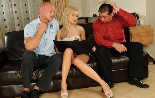 Ради сделки дала мужикам в анал