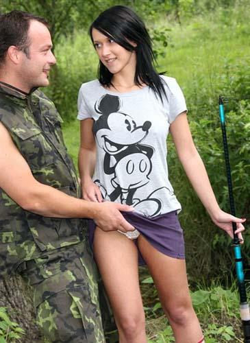 На рыбалке с молодой красивой девушкой
