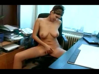 Шэф скучает и, поставив раком, трахает обалденную секретаршу