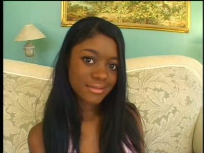 Красивой чёрной малолетке напихали полный рот пиписок