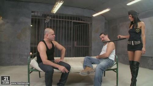 Худенькую тюремщицу в два ствола