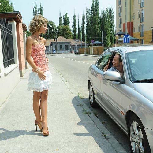 Очень тощая русская блондинка дает в узкое очко